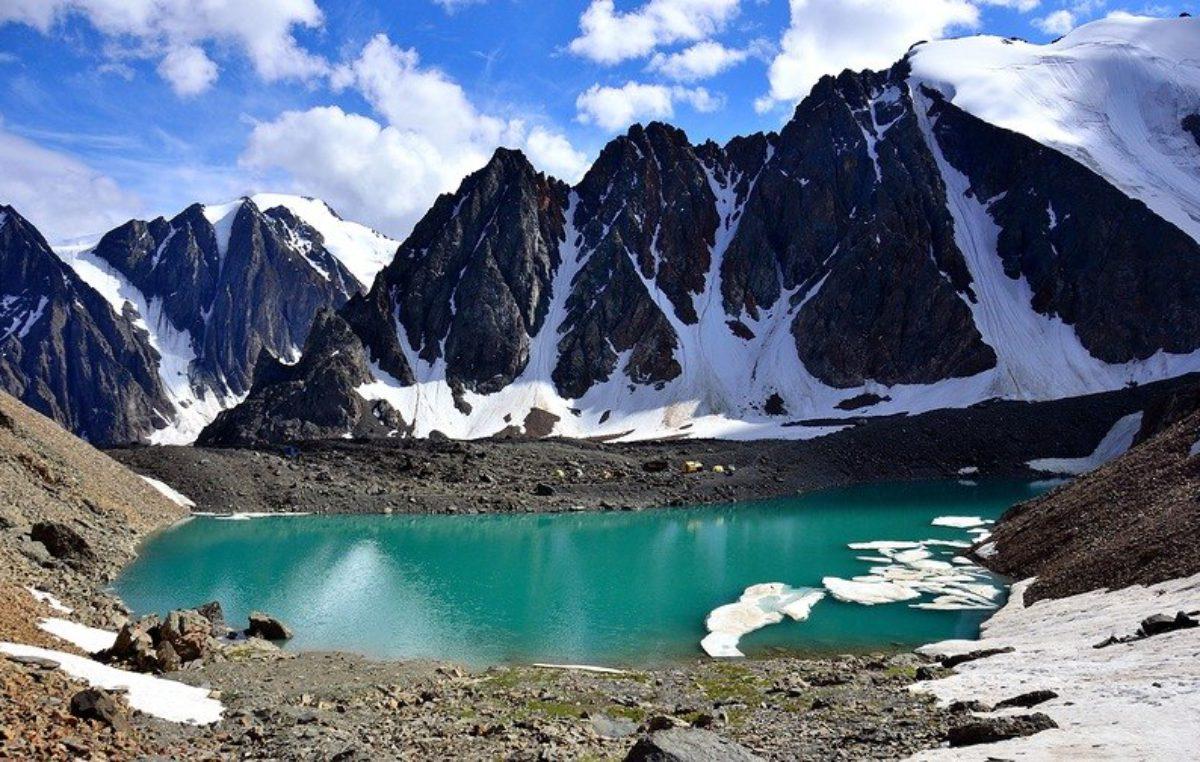 Голубое озеро в ущелье Актру
